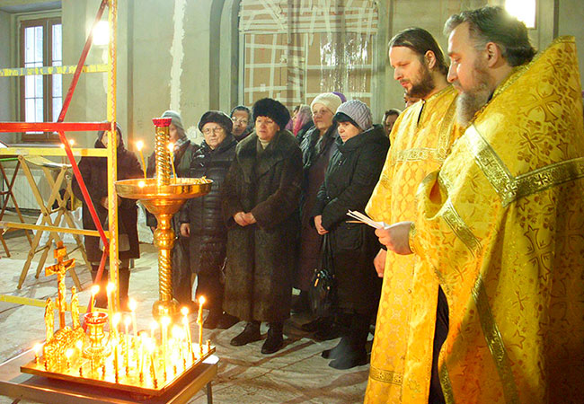 Первый молебен под сводами храма