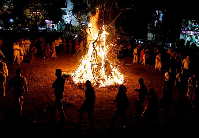 Проведение языческого праздника Холи
