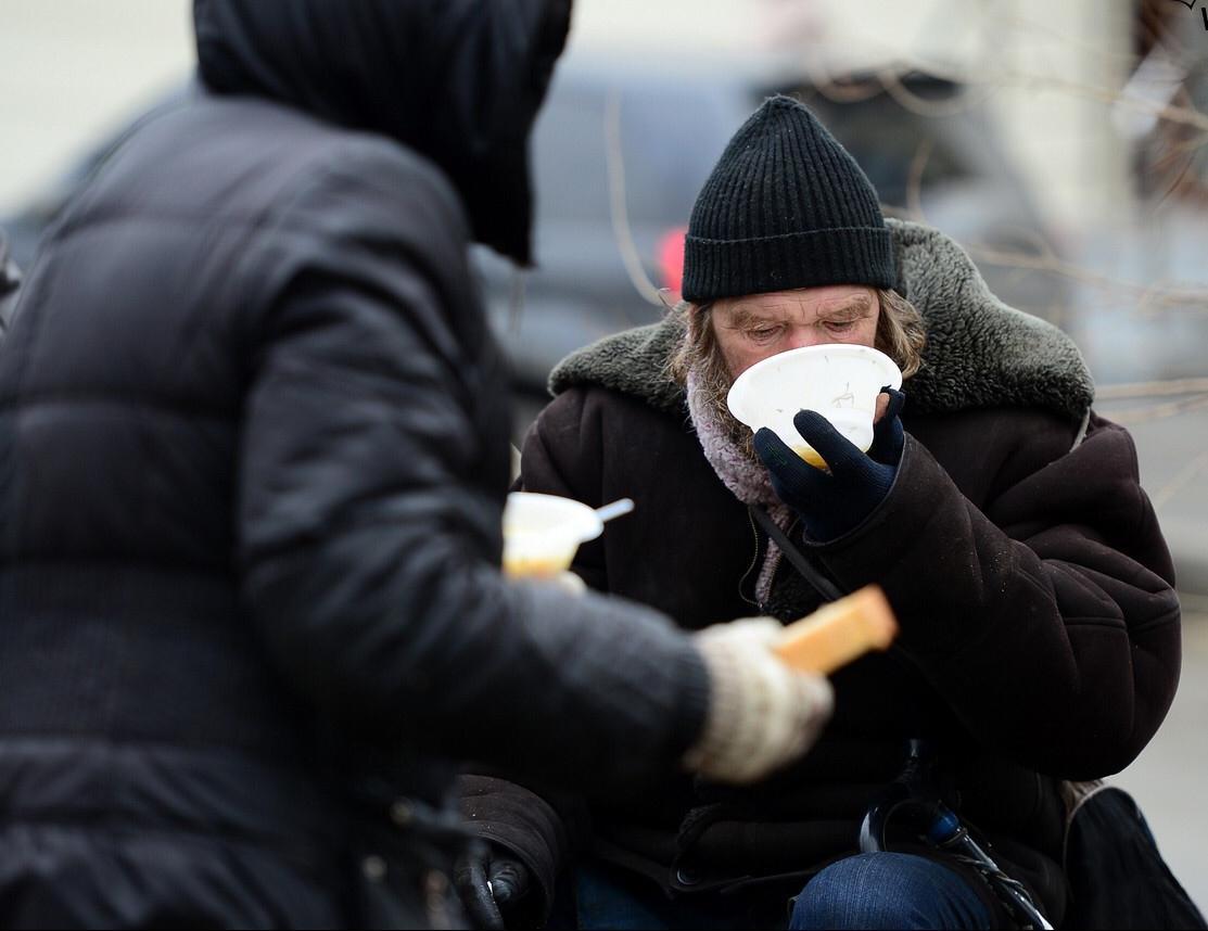 Сбор вещей и продуктов питания для бездомных