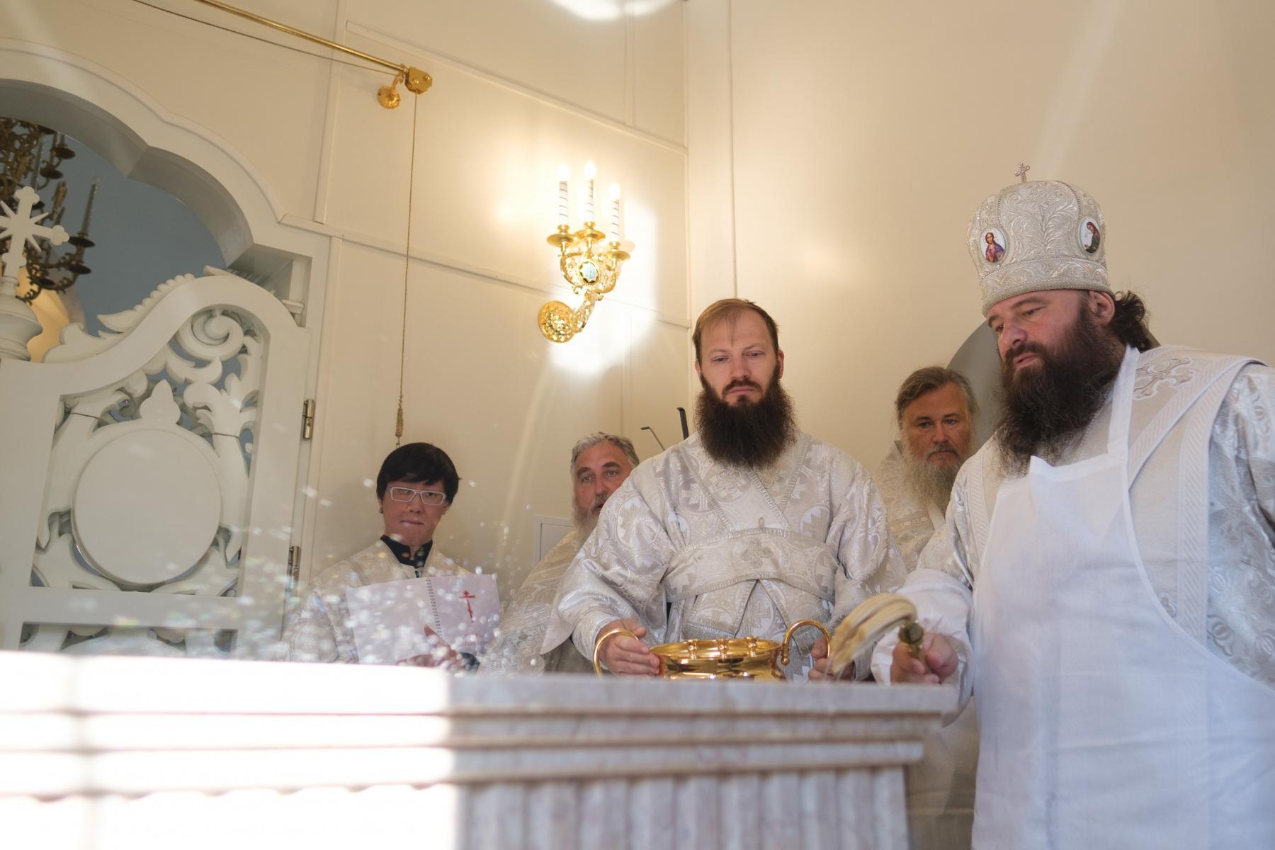 Епископ Наро-Фоминский Парамон совершил великое освящение храма святых Царственных страстотерпцев в Войковском районе Москвы